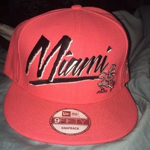 NEW ERA U.M MIAMI SNAP BACK.